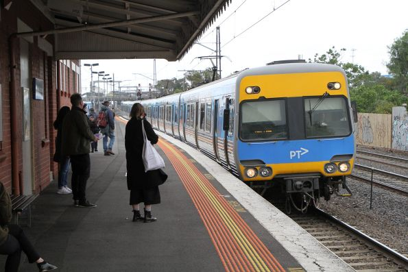 Alstom Comeng arrives into Middle Footscray on the up