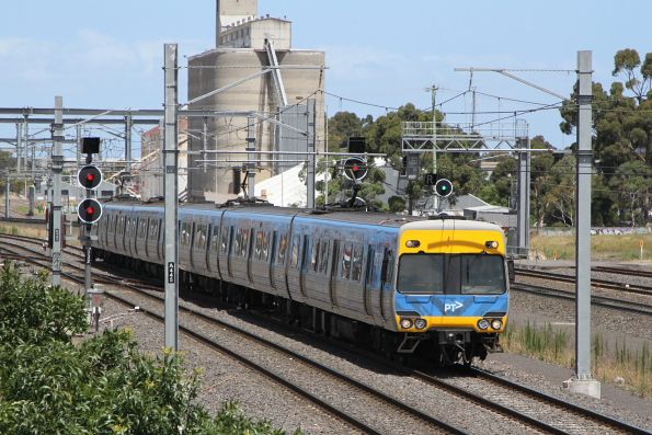 Alstom Comeng approaches Sunshine on the down