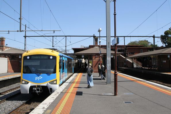 Siemens train arrives into North Melbourne on the up