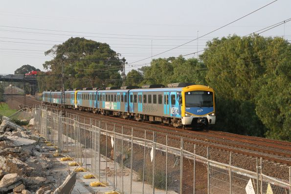 Siemens 762M approaches Yarraville on the up