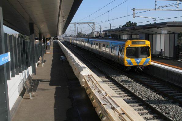 EDI Comeng 318M arrives into the new West Footscray platform 1