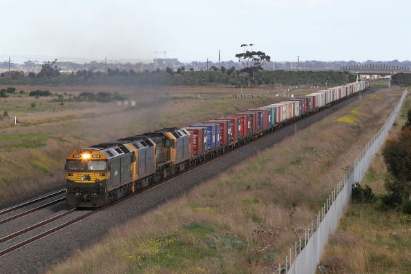 G529 leads G536, X41 and BL32 on the up Mildura freight via the RRL tracks at Truganina