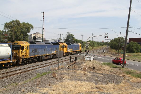 G525 leads BL34 on the up Manangatang freight at Brooklyn