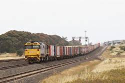 8111 and XR559 wait at Manor Loop with 7902V up Mildura freight