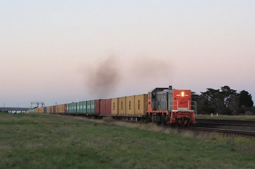 Outside Corio, El Zorro T386 leads the first containerised mineral sands train to Portland