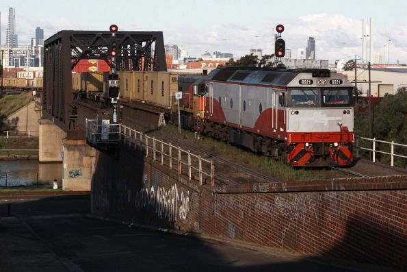 G521 and T342 enter the Bunbury Street tunnel