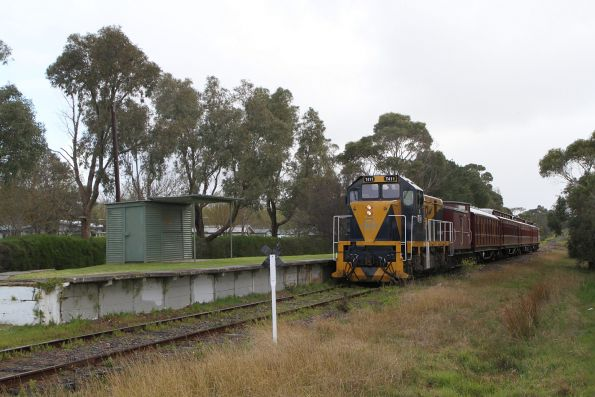 T411 approaches Tanti Park station on the up