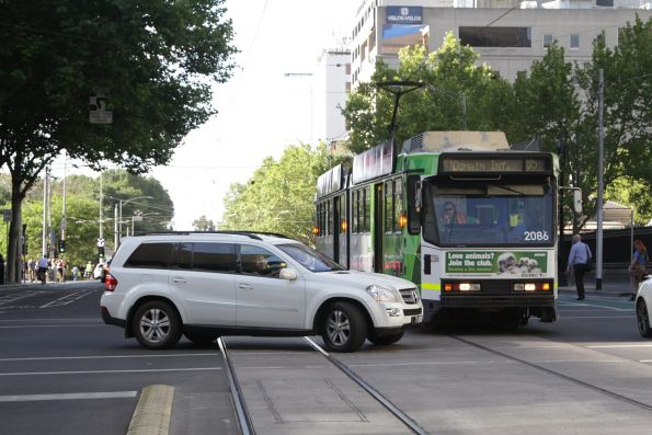 B2.2086 delayed by a car at the corner of William and Little Lonsdale Street