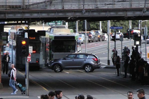 Idiot Uber driver blocks trams at Queensbridge and Flinders Street