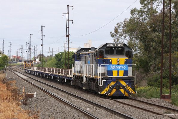 T377 leads the rail train through Spotswood on the west line