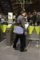 Passengers confused by the proceed arrow and disabled validator combination
