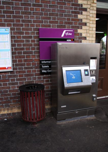 The joys of contractors - new Myki CVM placed in front of the slightly less new Viclink signage