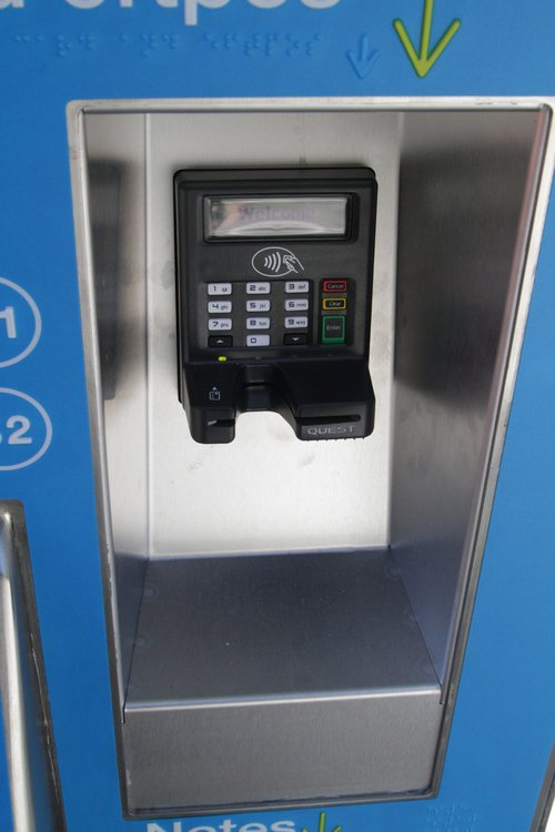 New EFTPOS payment terminal fitted to a myki machine, now featuring support for contactless transactions