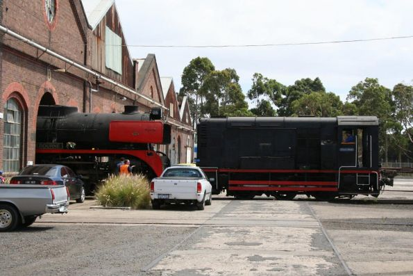 F317 'Dynon Donk' shunts R707 into the shed