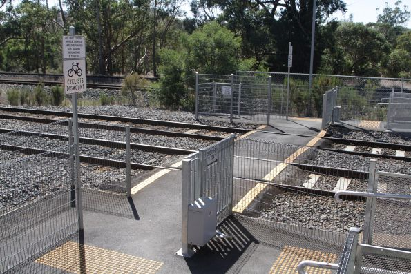 Pedestrian crossing at the down end of Kilmore East station