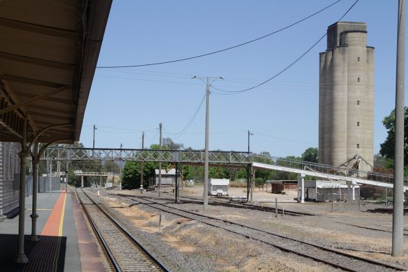 Footbridge at the down end of Wangaratta station