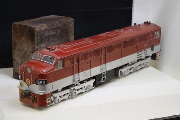 Large scale model of diesel locomotive 962