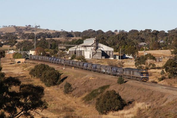EL54 and EL60 lead a southbound El Zorro grain through Yass Junction