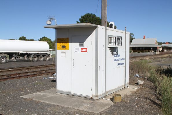 Level crossing control hut at Blayney station