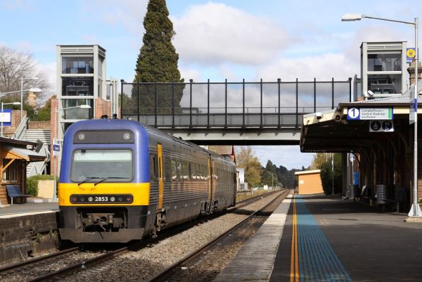 Departing Bowral under the massive footbridge, with Endeavour LE2853 trailing