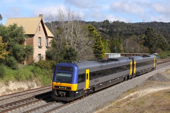 Endeavour LE2853 departs Mittagong on a northbound service