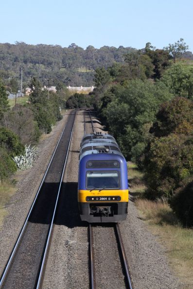 Endeavour LE2864 leads a northbound service into Picton