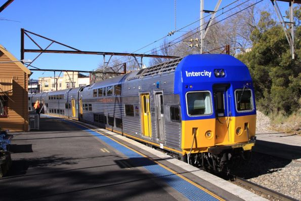 Set V28 departs Katoomba with a down service