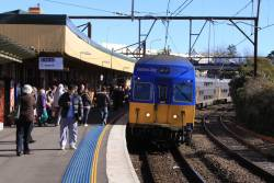 Set V2 arrives into Katoomba with an up service