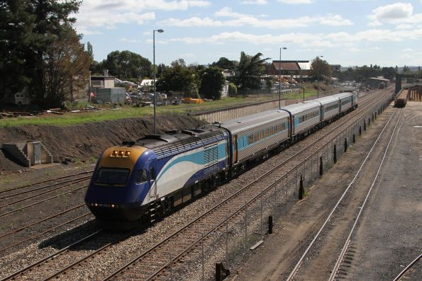 XP2009 leads the westbound Dubbo XPT out of Bathurst station