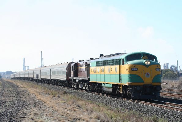 4201 and 4520 lead the westbound consist into North Shore