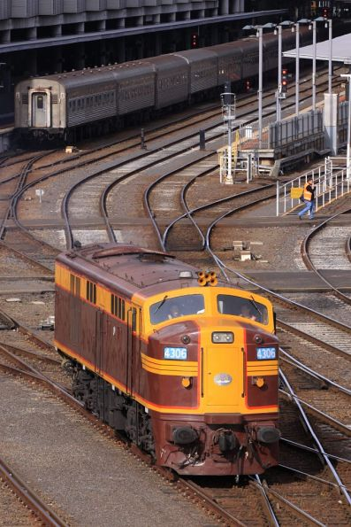 4306 runs around the consist at Southern Cross
