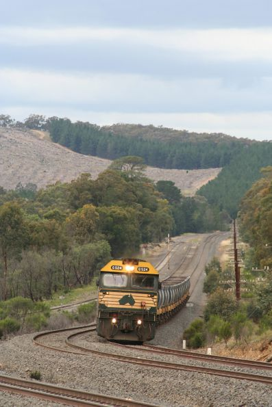 G524 around the bend approaching at Kilmore East