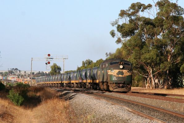 A85 leads the up Apex train ex-North Shore through Lara on the up