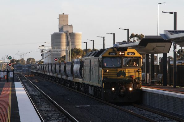 G542 heads north through Sunshine station bound for Kilmore East