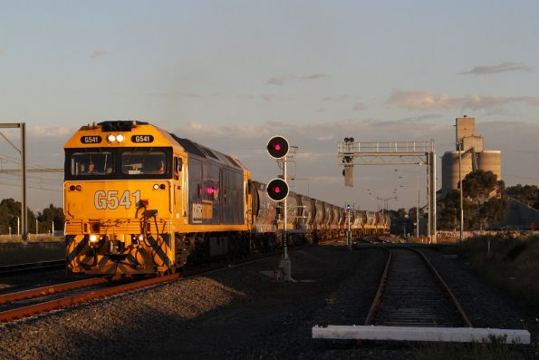 G541 leads the empty Apex train onto the main line at Sunshine