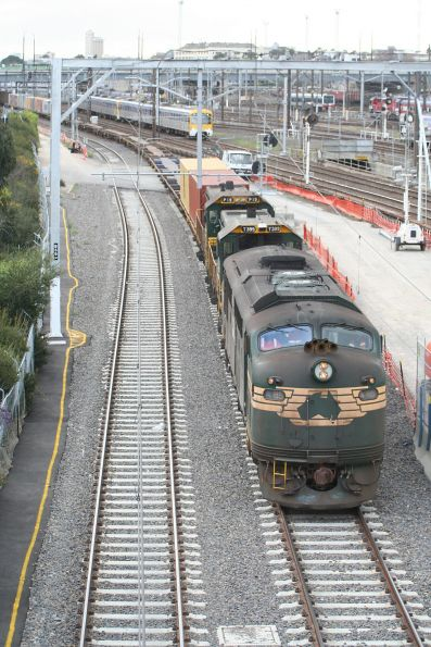 A85, T399 and P19 lead the down Maryvale train through Southern Cross