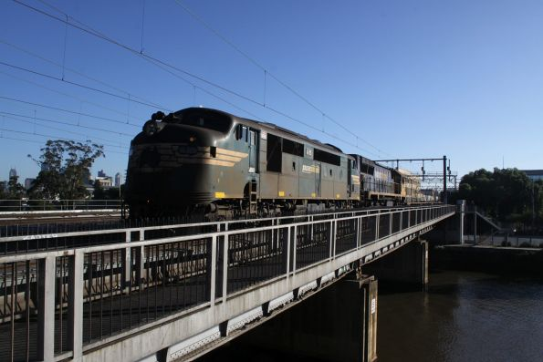 A85 leads XR557 on the down paper train across Cremorne Bridge