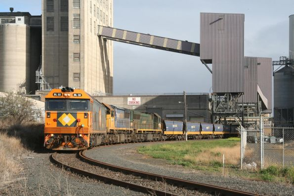 Broad gauge BL32, XR557 and XR552 at the Geelong Grain Loop