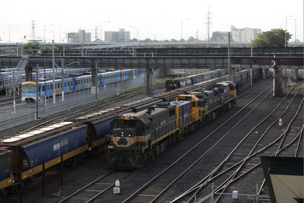 X42, T400, XR552 and XR557 run around a grain at Melbourne Yard. The Kensington rake is stabled alongside minus loco