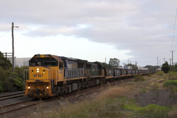 XR557 and XR550 lead an up broad gauge grain towards Brooklyn
