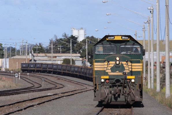 XR554 and BL32 finished unloading, moving into the siding at North Geelong C