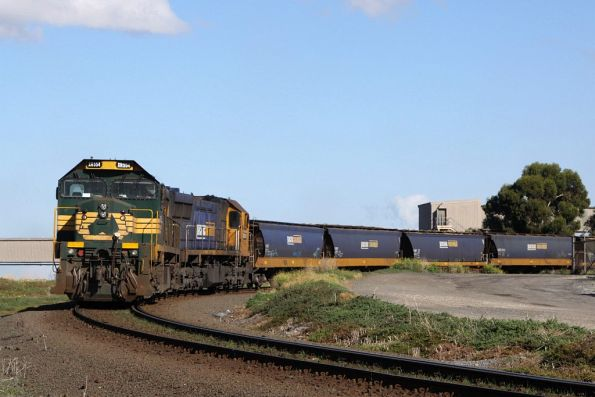 XR554 and XR551 in the middle of unloading at the Geelong Grain Loop