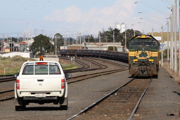 XR554 and XR551 pass North Geelong C with their 40 wagon long train, shunter awaiting their arrival