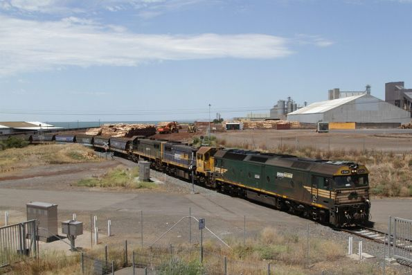 G524, X41 and X43 lead an empty train out of the Geelong grain loop