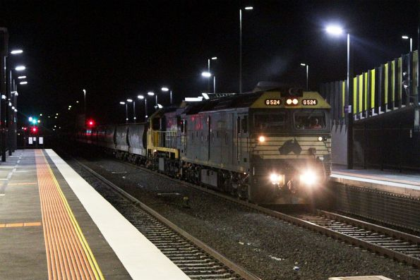 G524 and XR550 pass through Sunshine, leading a 40 wagon consist north from Geelong towards Bendigo