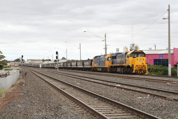 XR553 and G525 waiting at North Geelong C with an empty broad gauge down grain