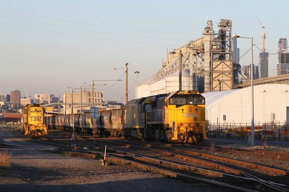 XR553 and G542 unload their grain train at Appleton Dock, T392 stabled alongside