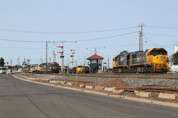 XR555 and XR550 depart North Geelong C for the Geelong locomotive depot