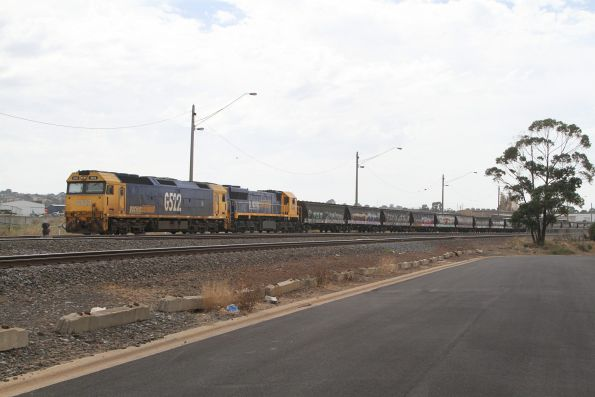 G522 and XR551 waiting at North Geelong C before unloading their grain train
