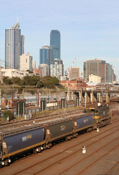 X44 runs around the Kensington grain shunt at Melbourne Yard